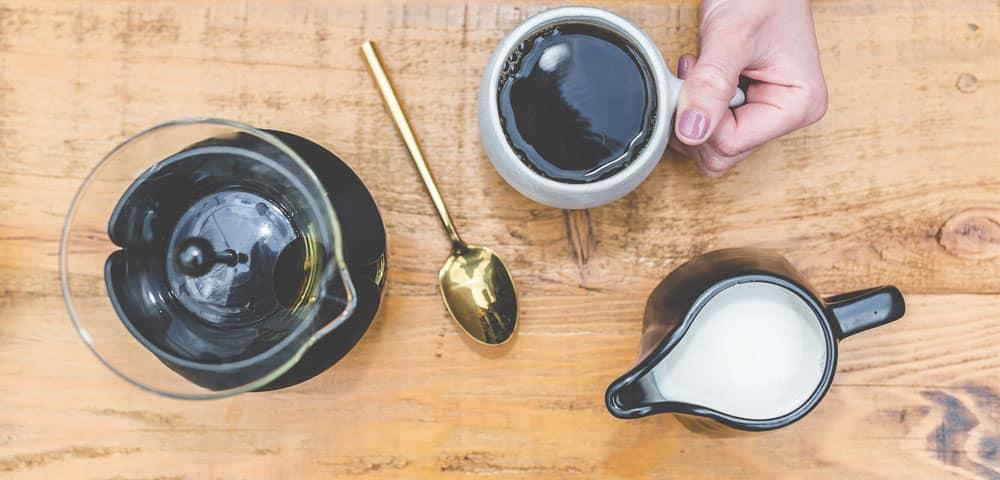 Cafetière à piston, tasse, café, lait